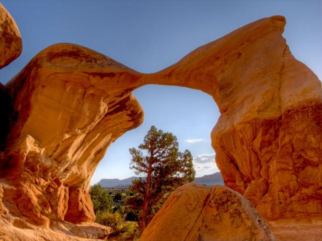 Metate_Arch_-_Grand_Staircase-Escalante_National_Monument